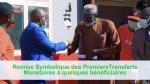 remise symbolique des 90.000FCFA à un bénéficiaire par le directeur de cabinet du Minsitère de l'Economie et des Finances, représentant le Ministre